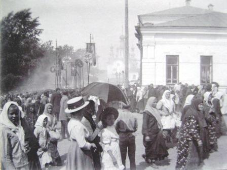 Крестный ход в 9 Пятницу по Преображенской улице. Фото Б.И. Чернавина. Нач. ХХ в..jpg